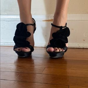 Black heels with ruffle